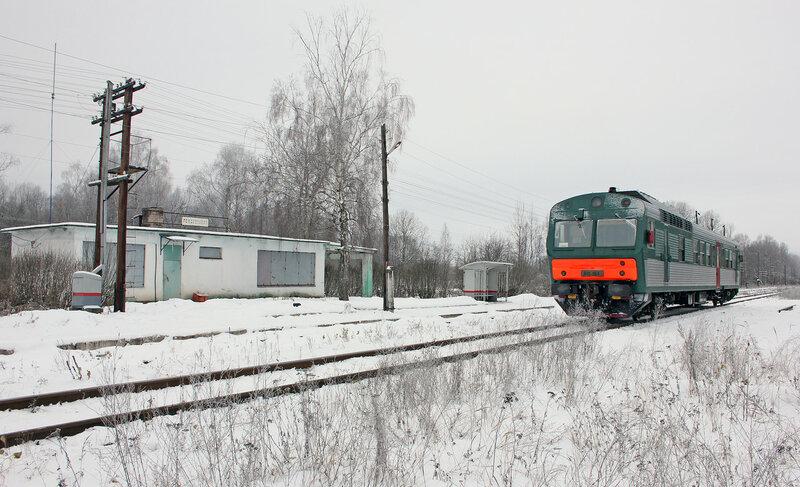 АЧ2-084 рейсом 6432 Вязьма - Ржев-Балтийский на станции Рождествено и здание вокзала