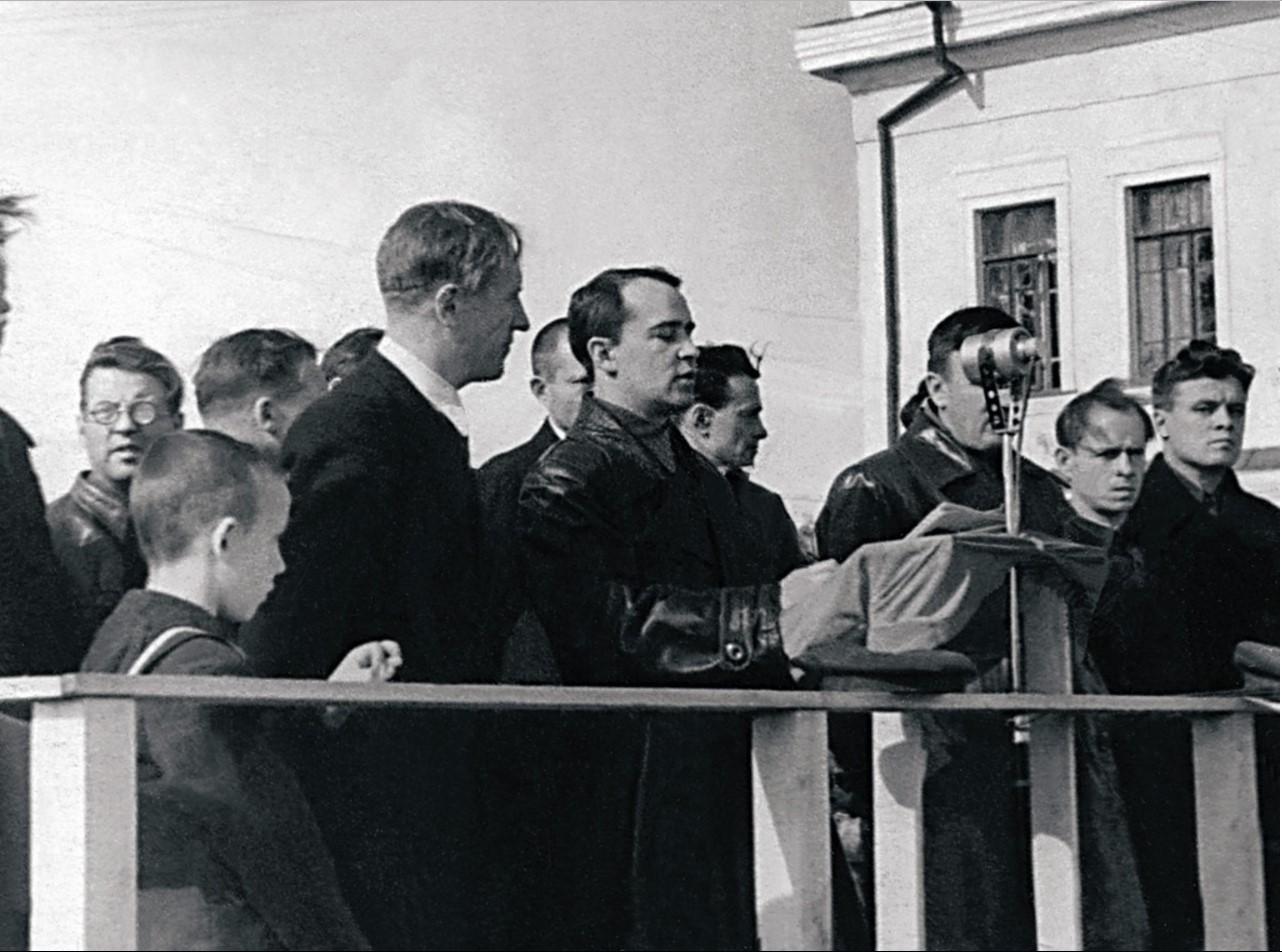 Челябинск. Железнодорожная станция. Митинг по поводу отправки эшелона с оборудованием для восстановления заводов Курской области. 1943