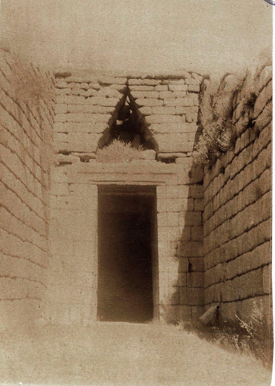 02. Микены. Сокровищница Атрея (Гробница Агамемнона). Вход высотой почти в 6 метров