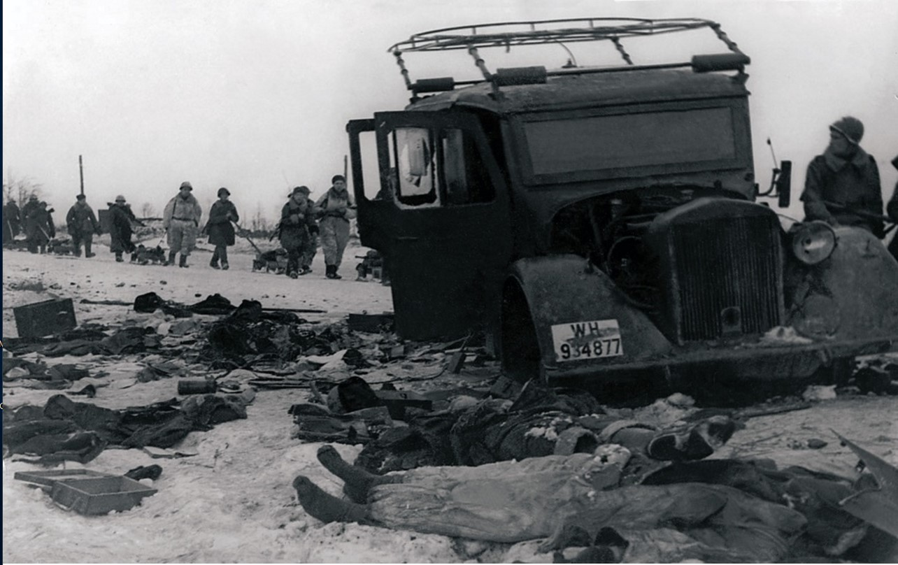 Шоссе «Ленинград—Новгород». Подбитый немецкий штабной автомобиль и трупы немецких солдат. 12 февраля