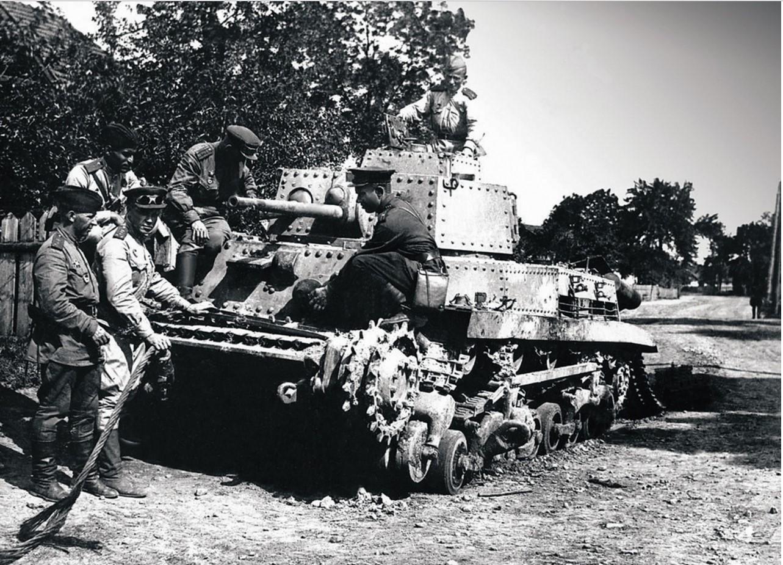 Экипаж танка гвардии старшего лейтенанта В. Лычкова (2-й танковый батальон 63-й гвардейской Челябинской танковой бригады) рассматривает подбитый немецкий танк