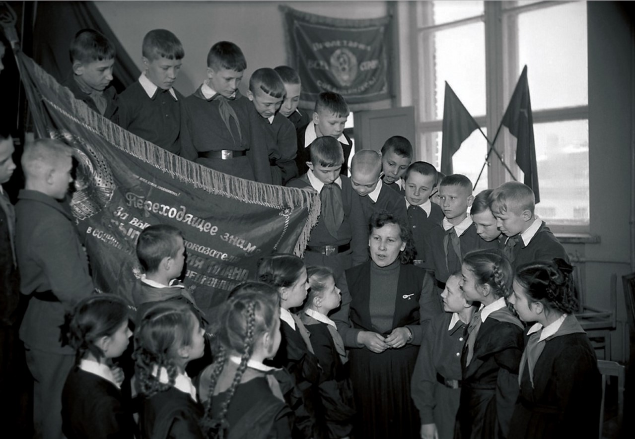 Челябинск. Беседа передовой работницы со школьниками о роли социалистического соревнования