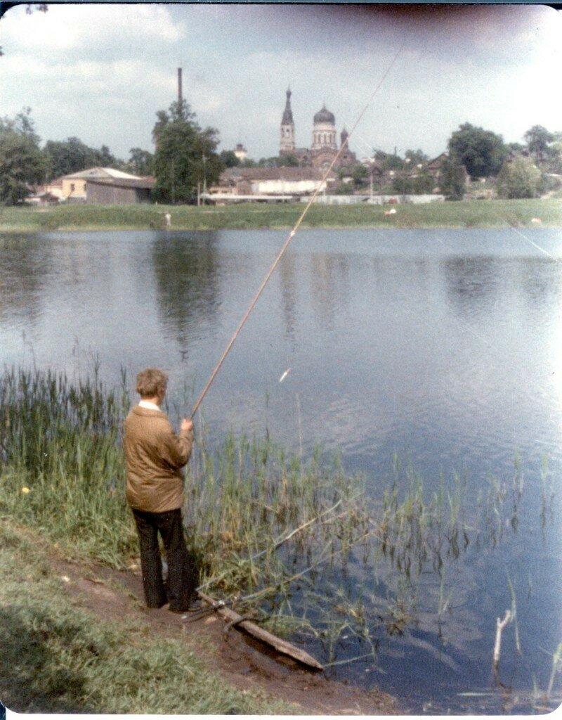 1976. Рыбак на Черном озере в Приоратском парке