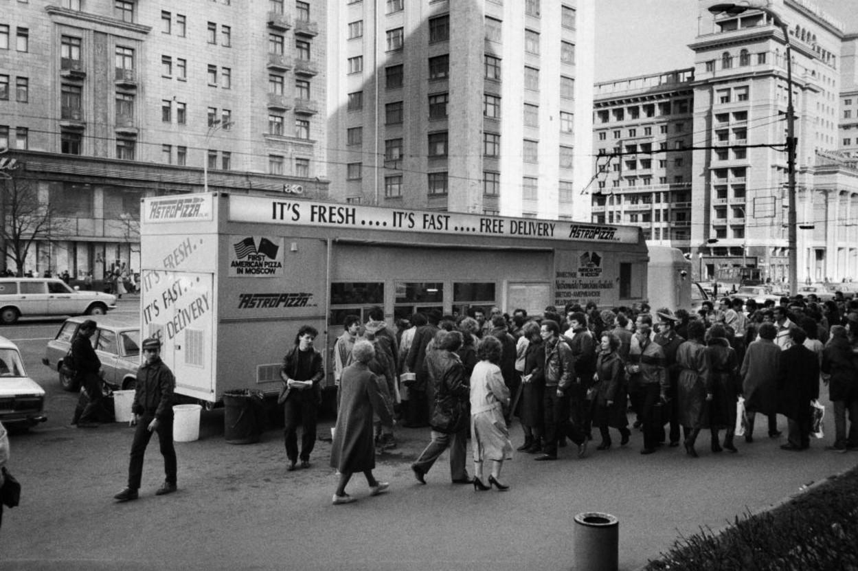 1988. Жители Москвы выстраивались в длинные очереди, чтобы попасть в первые пиццерии