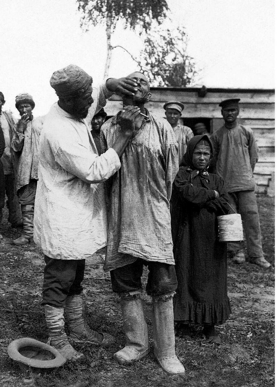 1912. Участок железной дороги Белорецк–Запрудовка. Железнодорожники во время отдыха.