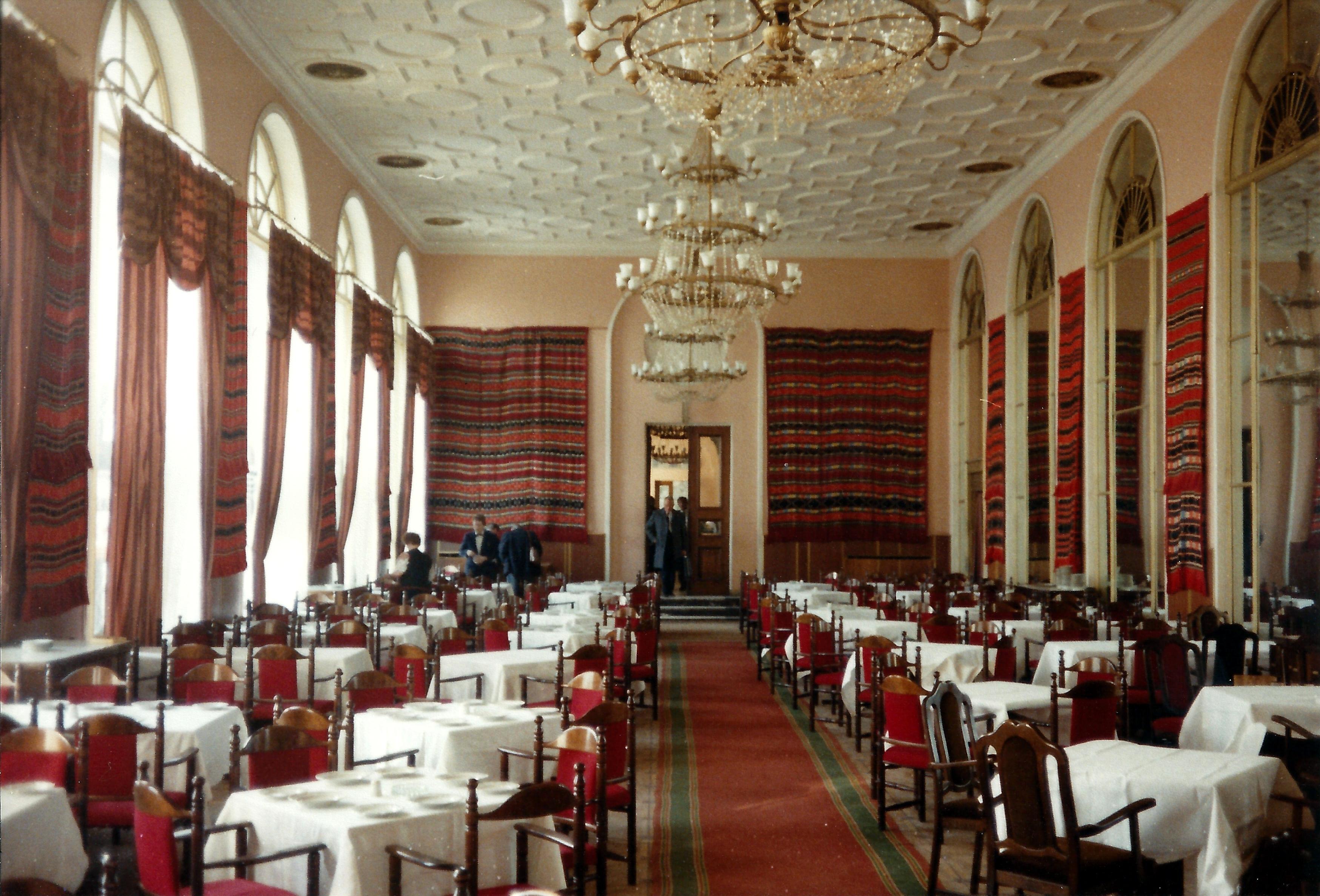 Обеденный зал в гостинице Украина