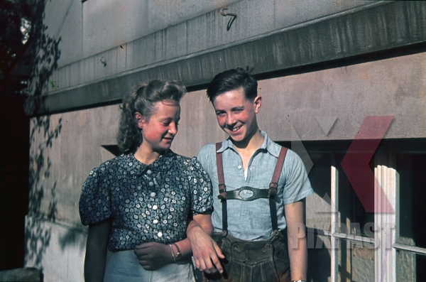 stock-photo-sister-and-brother-enjoy-luftfwaffe-flak-soldier-visit-ginzling-austria-1939-costume-7893.jpg