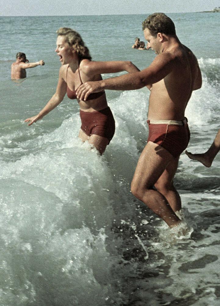 1962 Отдыхающие купаются в Черном море. Мирослав Муразов, РИА Новости.jpg