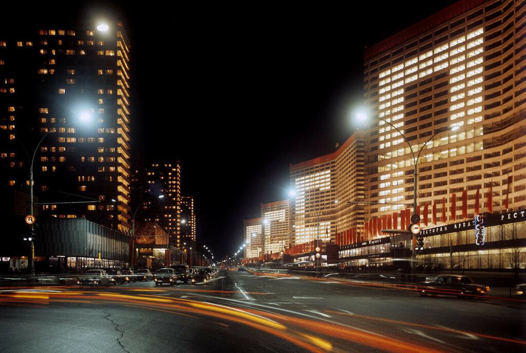 1971 Праздничным вечером на проспекте Калинина (ныне - улица Арбат) в Москве. Иван Денисенко, РИА Новости.jpg