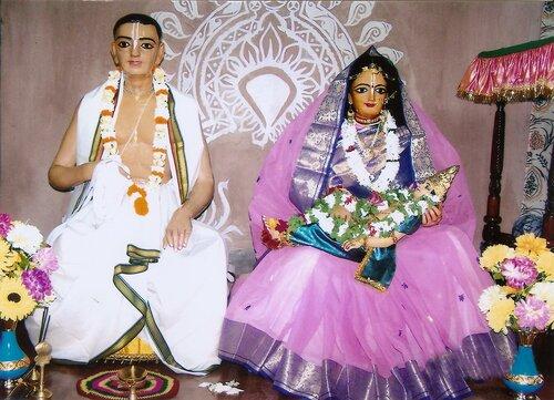 Божества  Майапура (Родители Господа Гауранги с Сыном - маленьким новорожденным Нимаем на руках