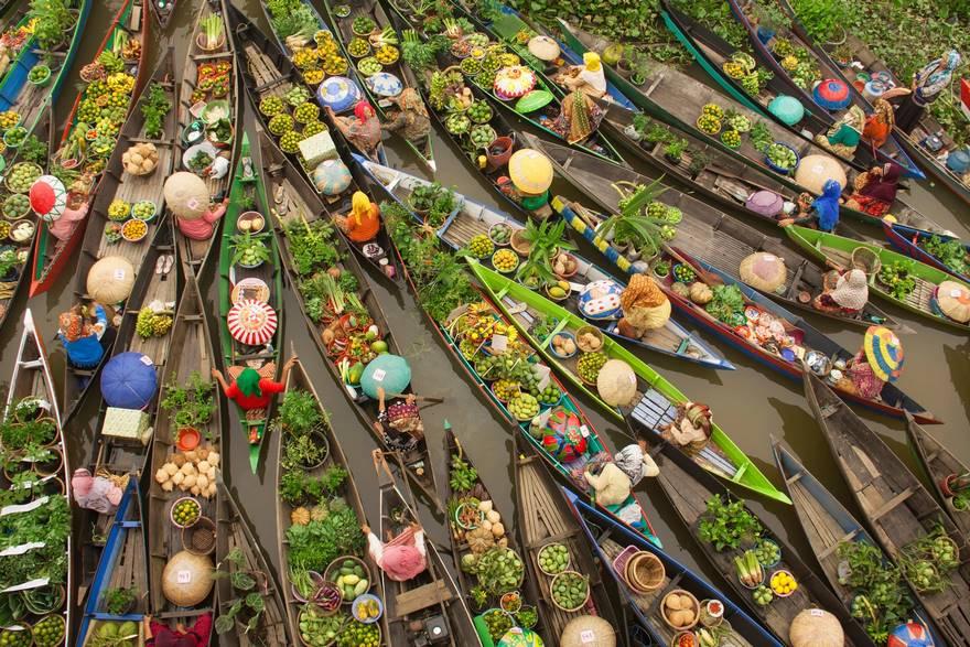 3-е место в категории «Путешествия» — плавучий рынок, Малайзия. Фото: Antonius Andre Tjiu.
