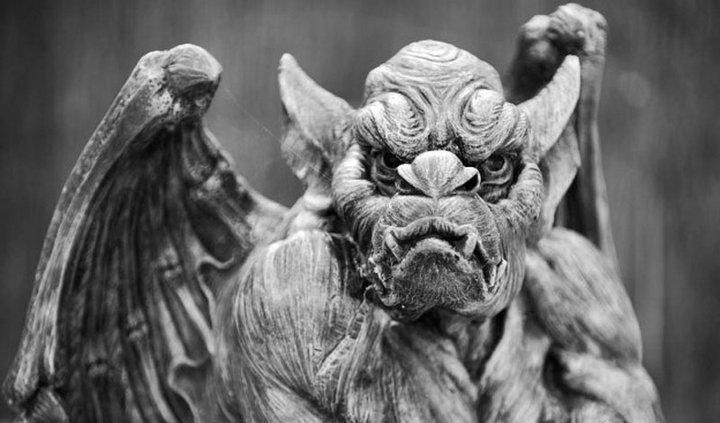 Мрачная горгулья нависает над одной из детских площадок небольшого городка Бекенхема, Англия. Де