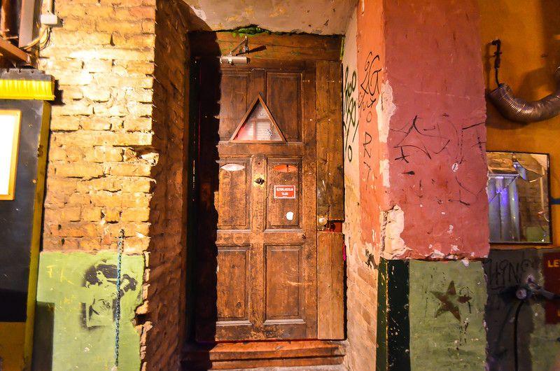 1. Сами бары находятся в еврейском квартале Эржебетварош, в котором полно довольно старых домов, в т