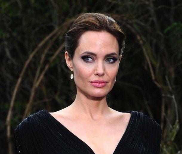 8. После смерти дедушки Анджелина Джоли решила стать директором похоронного бюро, так как была очень