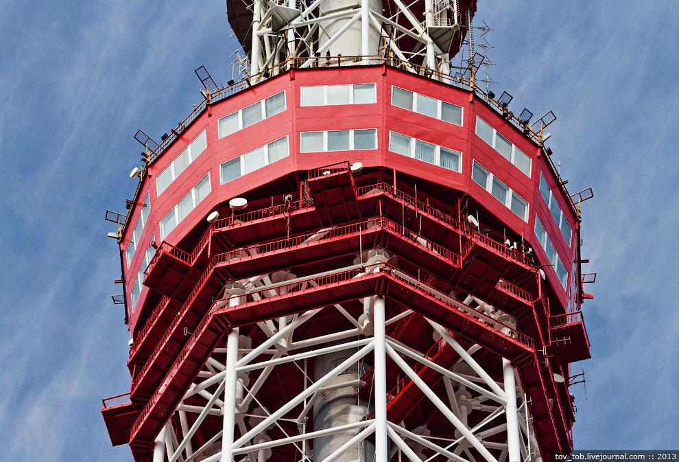 На телебашне установлено два лифта. Первый может поднять 640 кг веса (до 8 человек) и работает
