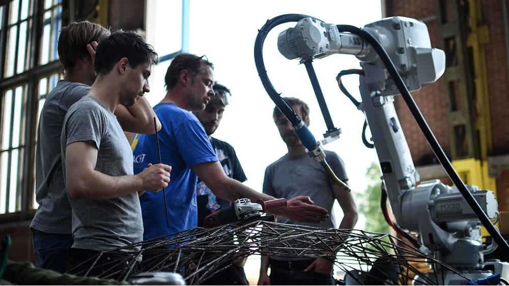 Роботы печатают 3D-мост над амстердамским каналом