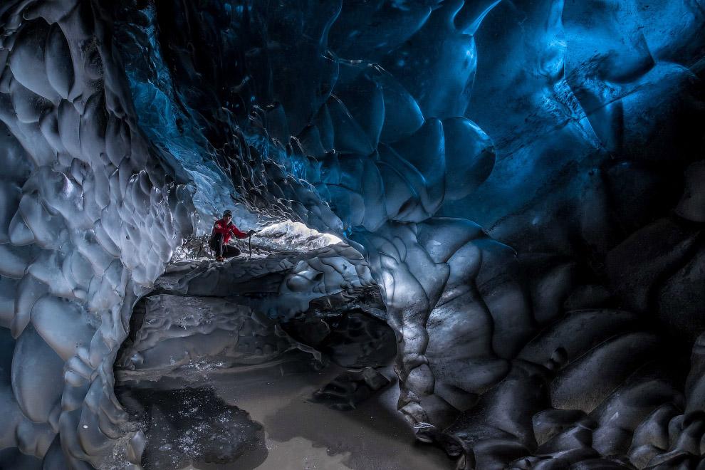 «Некоторые ледяные пещеры наполнены водой внутри, и туда можно попасть лишь в самое холодное вр