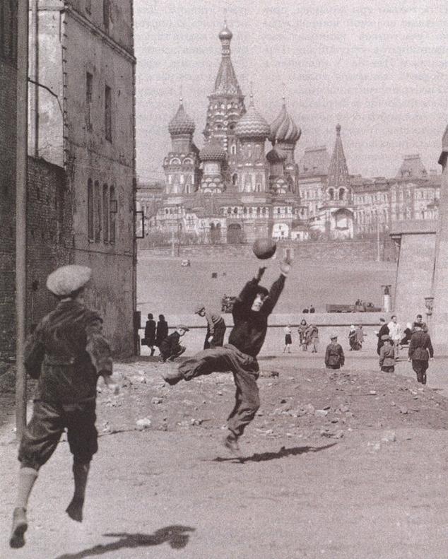 Коля живет в Москве, 60-е годы.
