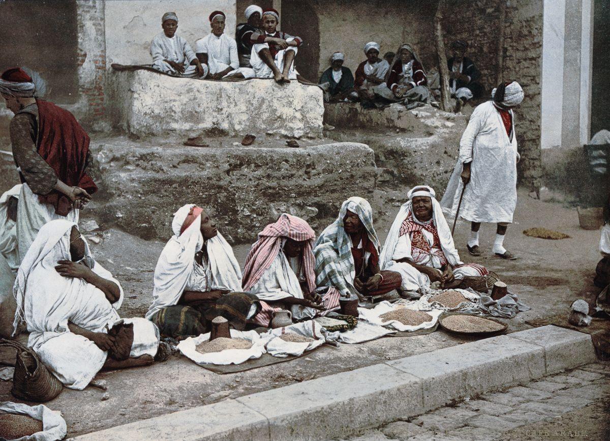 Группа арабов перед Баб-Алеона, Тунис.