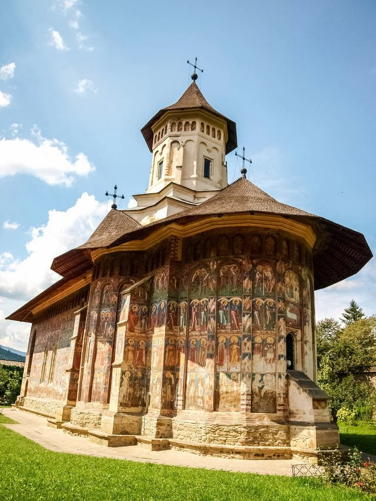 Монастыри в Румынии, где удивительные фрески — не внутри, а снаружи (30 фото)