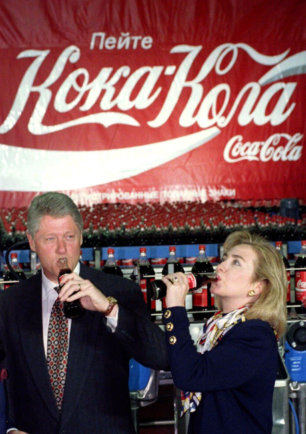 Президент США Билл Клинтон и первая леди Хиллари Клинтон во время визита на московский завод Coca-Co