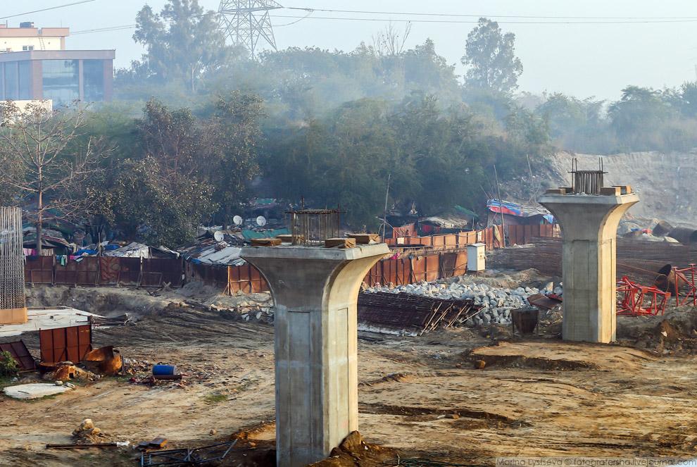 9. Но не только рабочие живут на обочине, такие хибары можно увидеть повсеместно по всей Индии