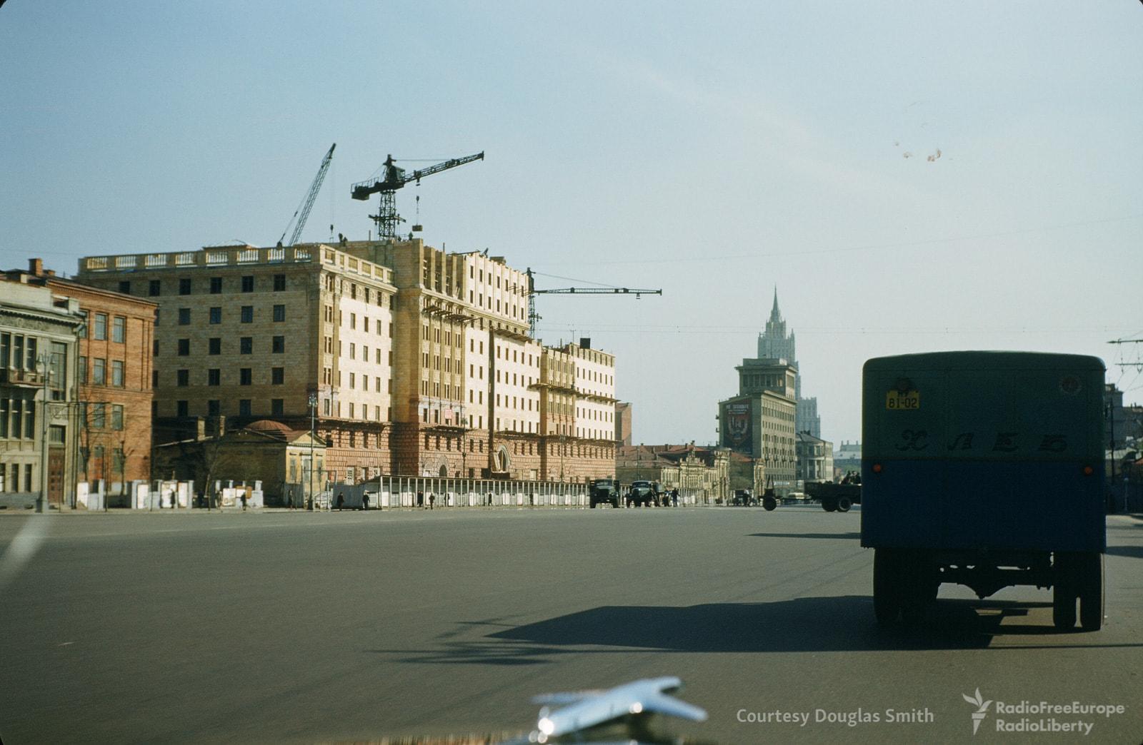 Улица Чайковского (то есть Новинский бульвар).