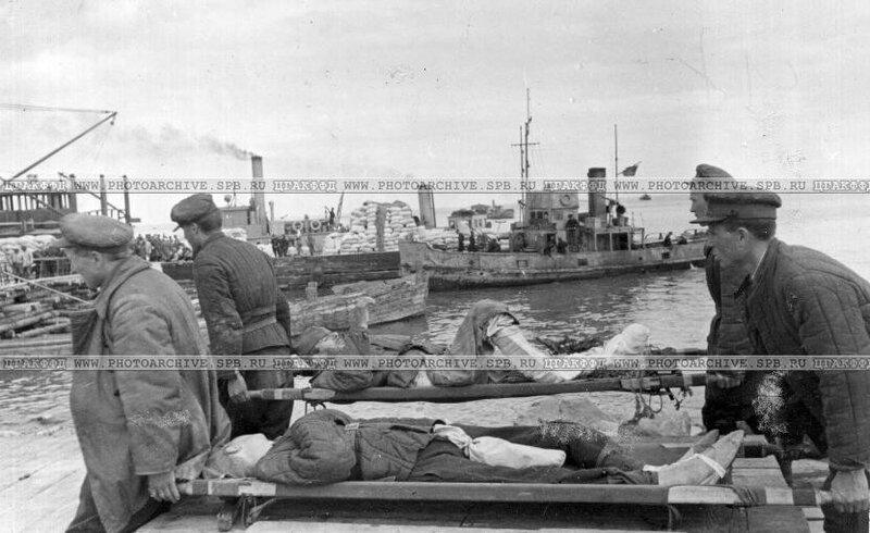 Перенос раненых к санитарному транспорту в ладожском порту
