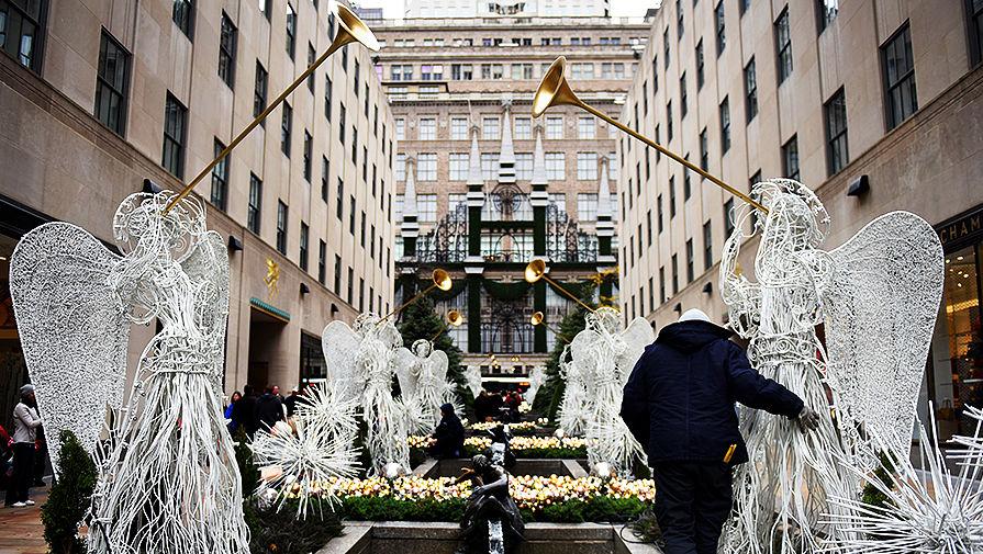 Рождественская инсталляция у здания Rockefeller Center на Манхэттене, Нью-Йорк, США