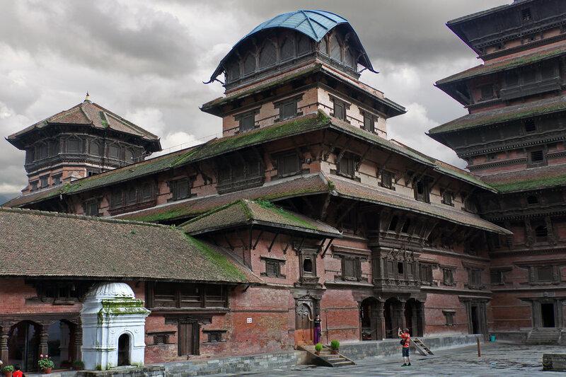 В центре - башня Киртипур, справа Басантапур, слева - Бхактапур