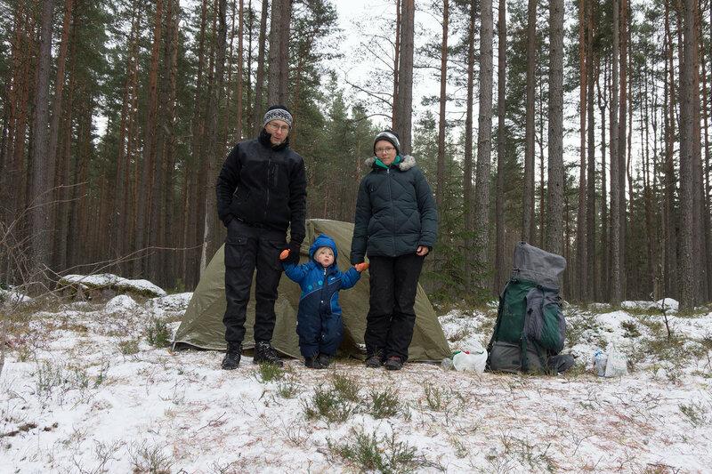 ночевка в палатке зимой в лесу всей семьей