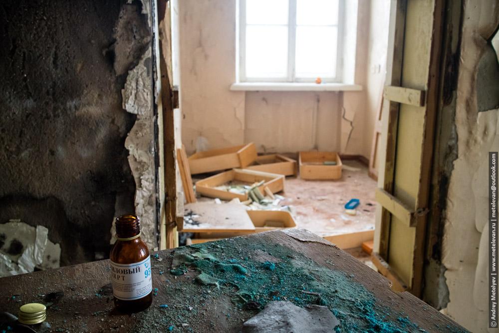 бутылочка спирта на столе в заброшенной больнице