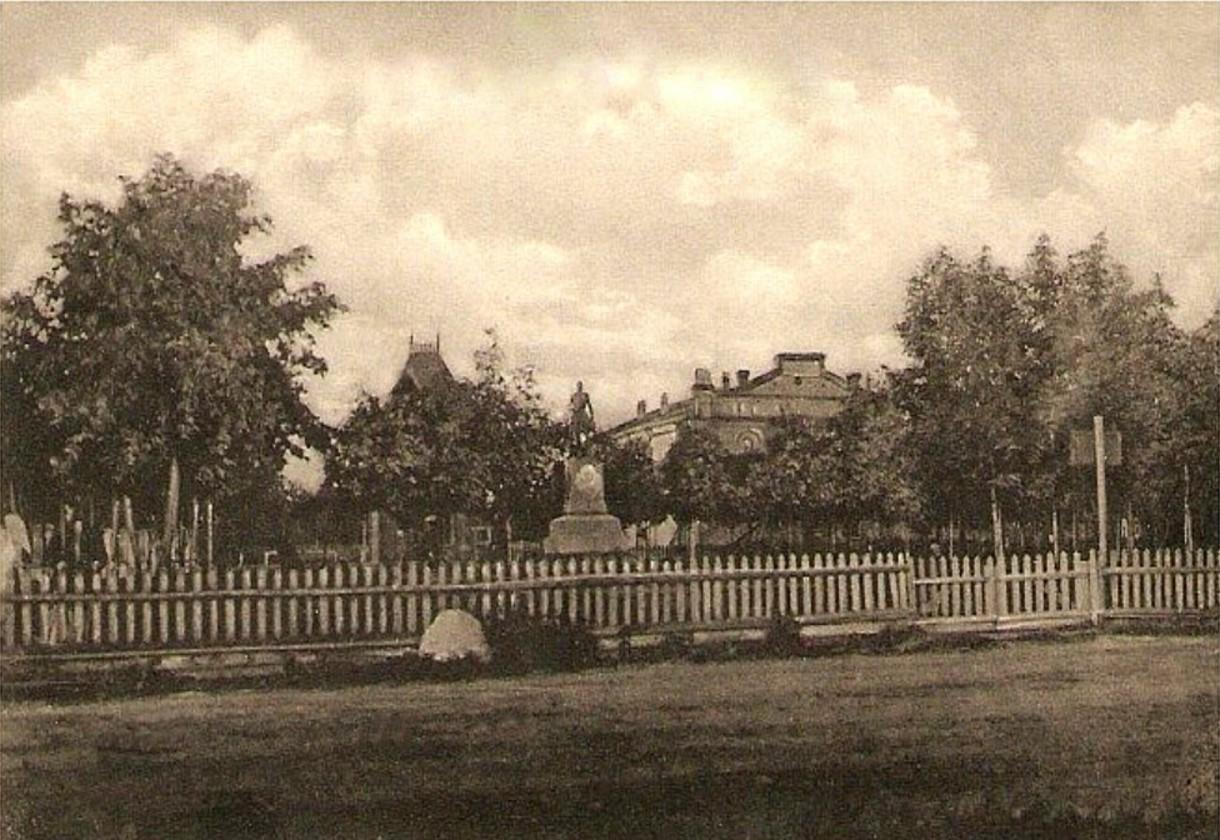 Памятник Николаю I от благодарного общества пехотных солдат и Театр