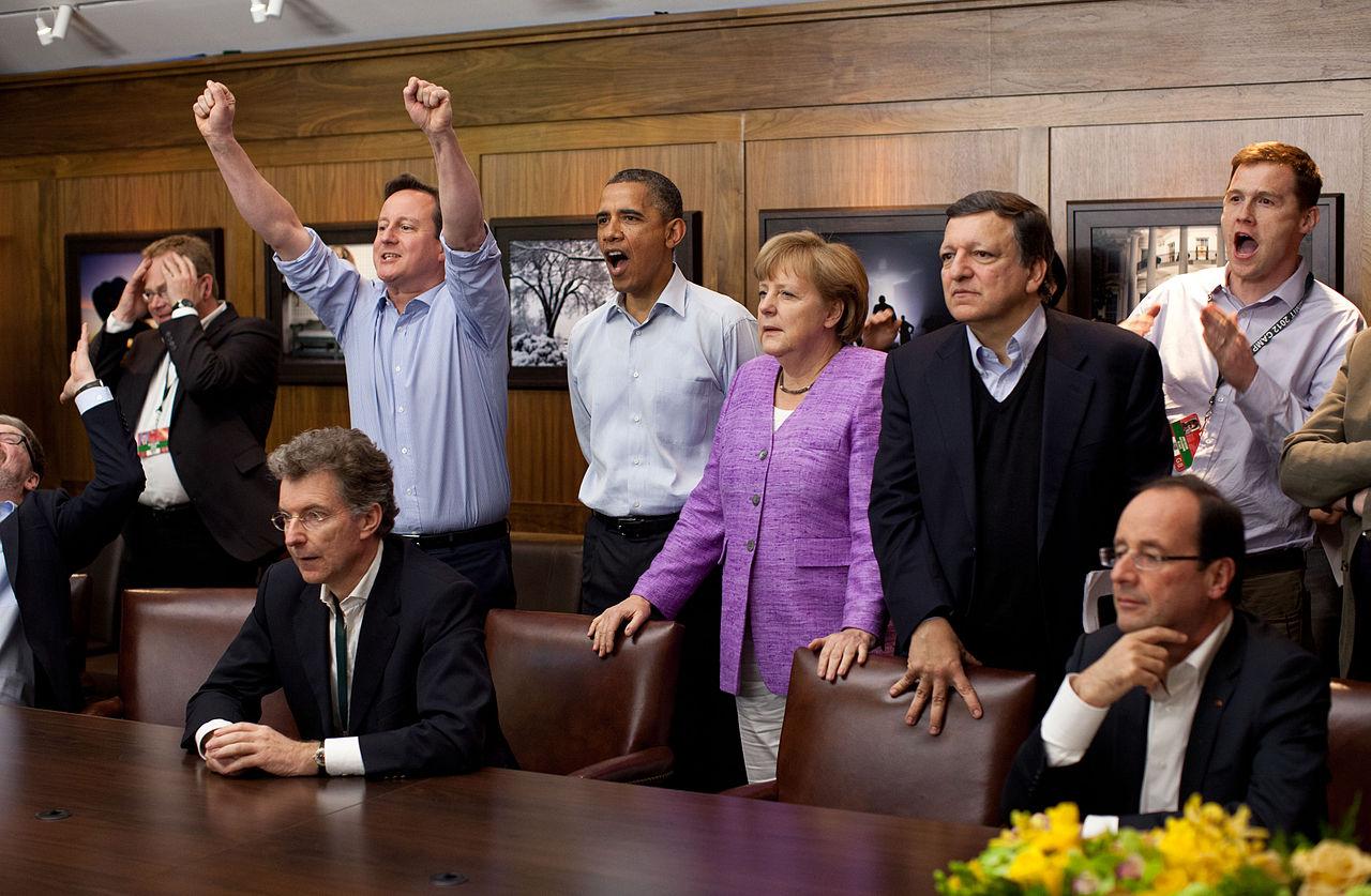 """Большая восьмёрка смотрит пенальти в конце финала чемпионов УЕФА между """"Челси"""" и """"Бавария"""" Мюнхен в Мюнхене, 19 мая 2012-го в Кэмп-Дэвиде, США."""