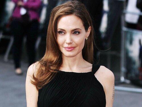 Аджелина Джоли впервые после развода заявила о себе