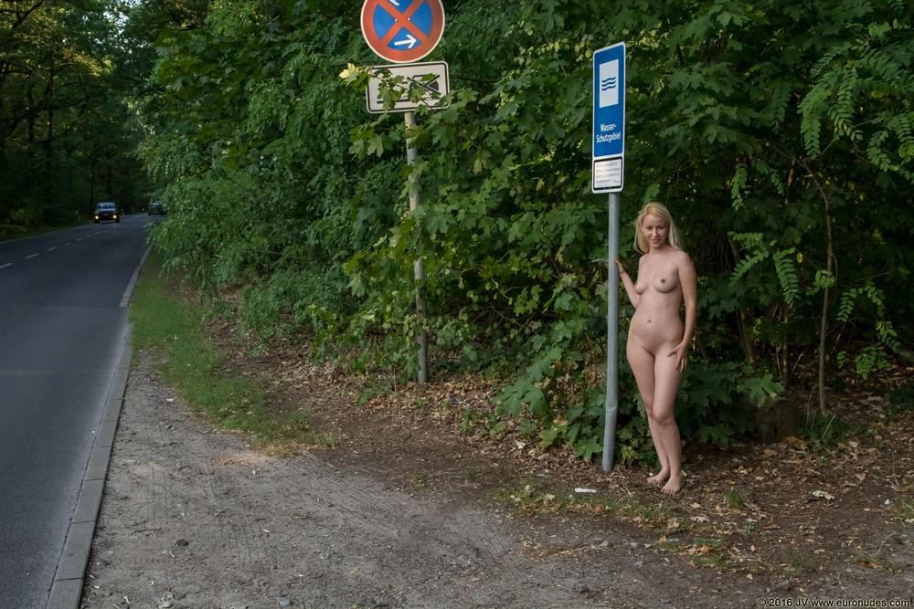 Обнаженная Jennifer прогулялась по парку