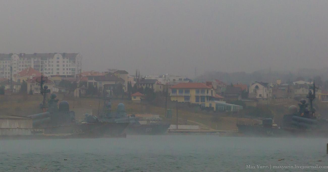 Катера в тумане в Карантинной бухте, Севастополь