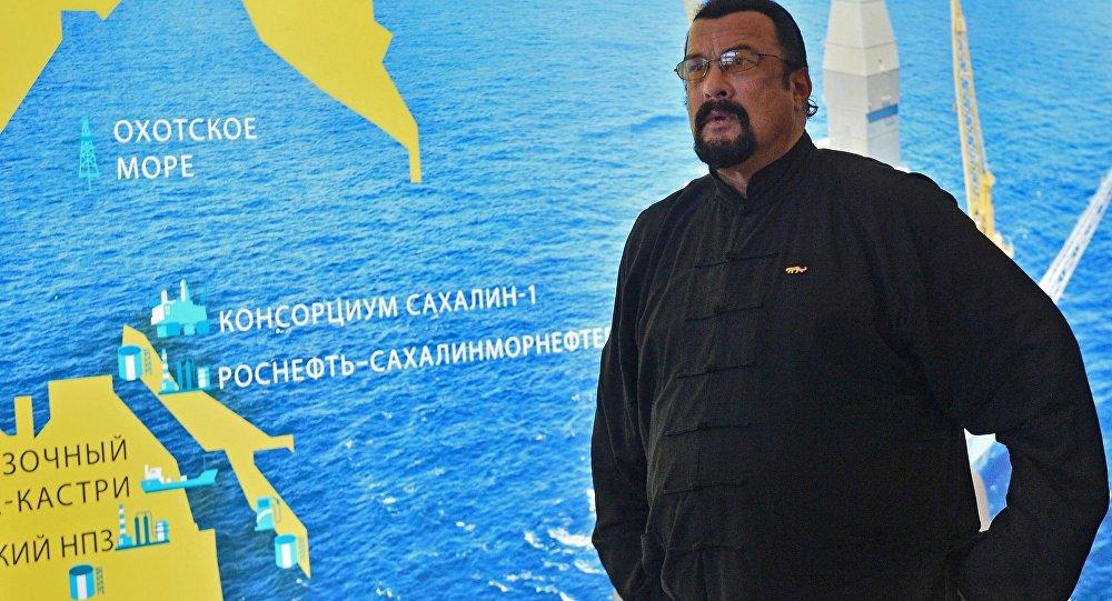 Артист Стивен Сигал прилетел в РФ запаспортом