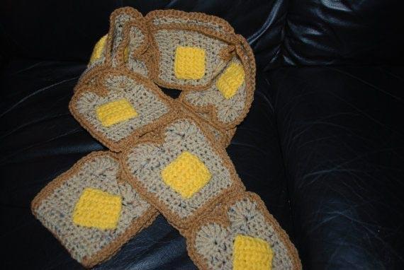 14. И наконец, немного безумия — шарф в виде тостов с маслом!