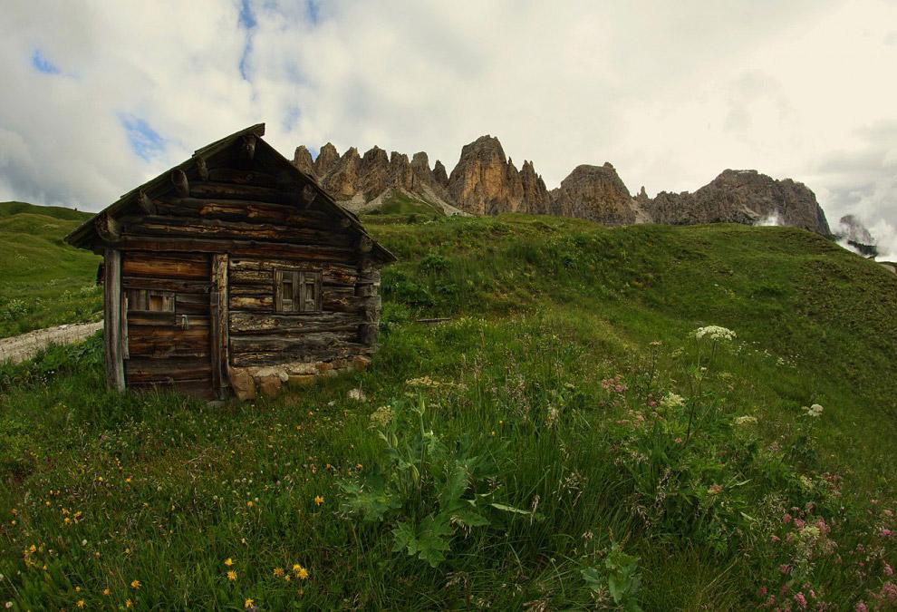 26. Съехав с перевала Пассо Гардена, я направился по извилистому и узкому ущелью в деревню Ла В