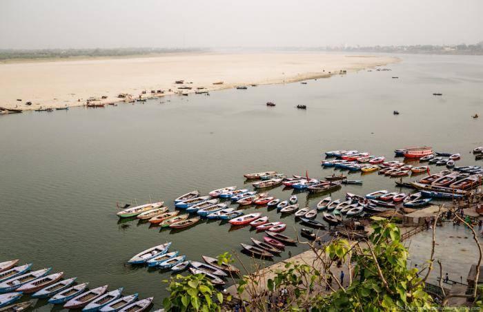 Но купались мы на противоположном берегу Ганга, где имеется песчаный пляж и гораздо меньше народу. В