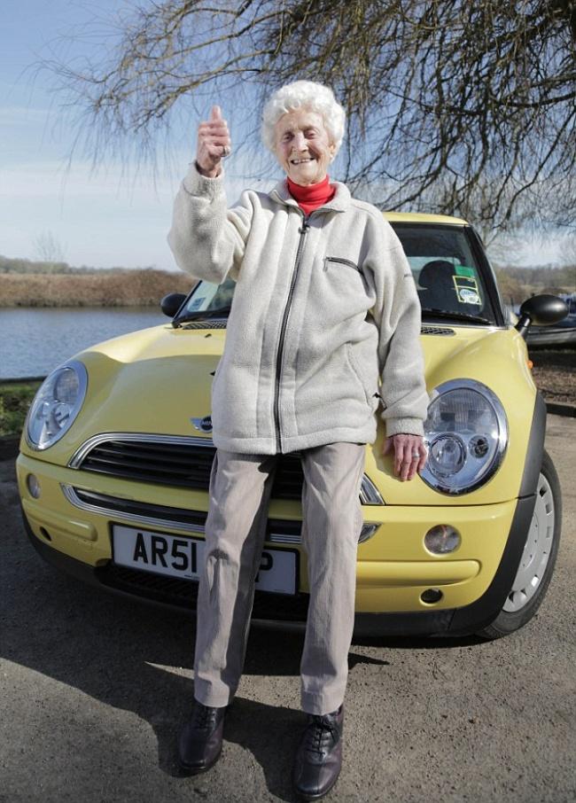 © dailymail  Вэто воскресенье британке исполнилось 105. Заеежизнь сменилось 23премьер-мини