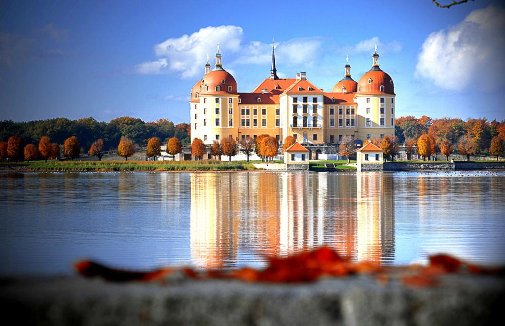 10 место. Замок Морицбург. Расположен в городе Морицбург в земле Саксония. Время строительства —