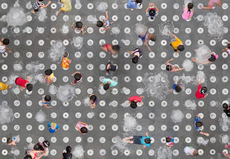 Художница фотографирует людей во время массовых мероприятий – гражданских и религиозных праздников,