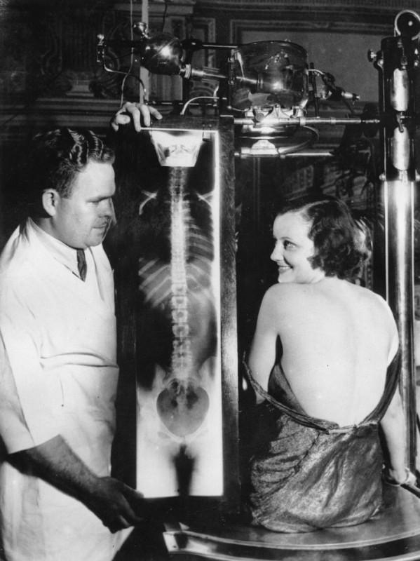 Кинозвезда Джудит Аллен со снимком своей спины, 1930.