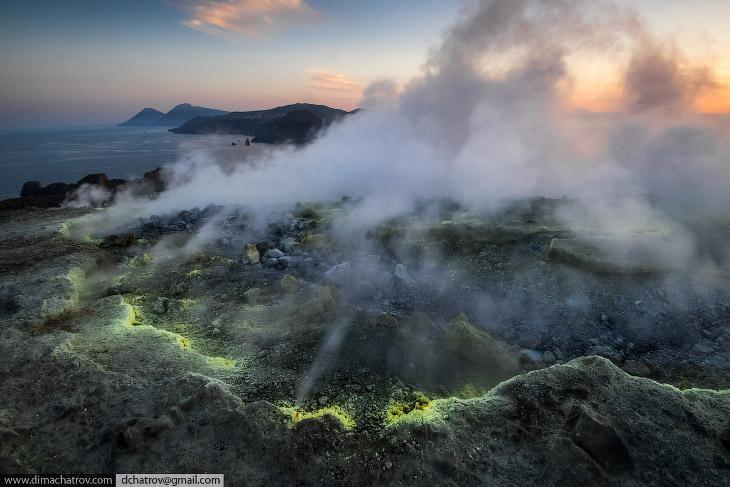 2. Остров представляет собой вулканический массив с несколькими кратерами, один из которых — действу