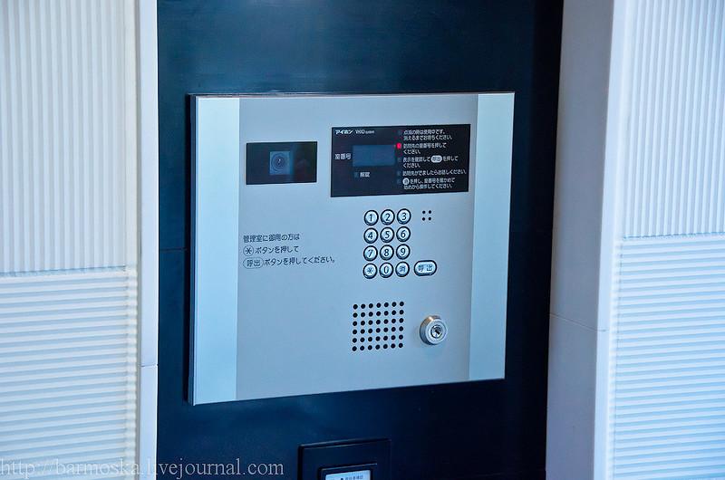 На первых этажах домов у лифта висит дисплей, показывающий картинку из кабины. Ну так, для безопасно