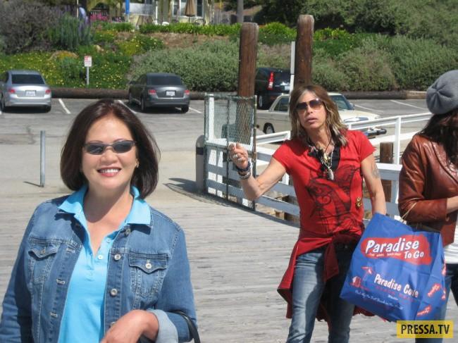 Эта женщина и не подозревала, что мужчина на заднем плане — Стивен Тайлер, пока не выложила фотограф