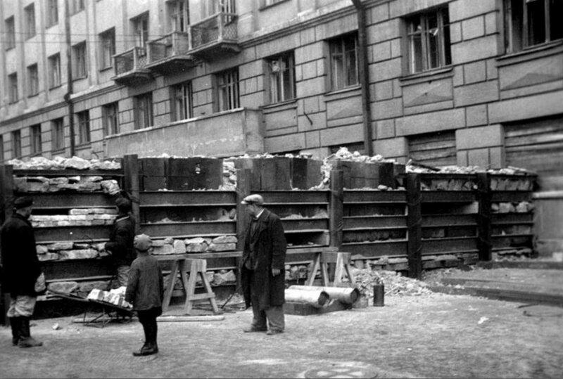 Строительство баррикады на проспекте Красных Командиров. 1942 г.