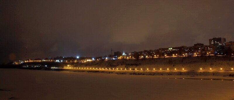 Огни ночной набережной Вятки зимой. Вверху слева телевышка и Александровский сад с ротондой, внизу прогулочная часть набережной, вверху набережная Грина и церковь Феодоровской Богоматери